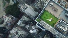 طائرة بلا طيار تصور عروسين فوق سطح مبنى في هونغ كونغ - بي بي سي العربية