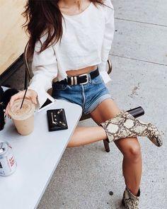 Street style. Combine a bota de couro com shorts jeans e camiseta cropped branca.