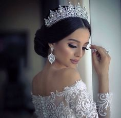 Este posibil ca imaginea să conţină: 1 persoană wedding hairstyles with tiara Bridal Hair Updo, Wedding Headband, Wedding Updo, Bridal Headpieces, Dress Wedding, Wedding Crowns, Wedding Tiaras, Wedding Hijab, Wedding Makeup