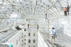 Essa enorme instalação, chamada In Orbit, foi construída a uma altura de mais de 20 metros acima da praça K21 Ständehaus, Alemanha. Ela contempla uma rede onde os visitantes podem se movimentar, como se estivessem flutuando. Para os mais corajosos, há o terceiro nível, onde se pode ficar em cima de cúpulas, apreciando a vista. Projeto: Tomás Saraceno.