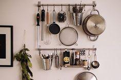 Organizar bem a cozinha não é uma tarefa fácil: além de pensar na praticidade, todo mundo quer uma decoração bem bonita. Para melhorar esse cômodo da casa é bem simples, com apenas alguns ganchinhos e painéis os seus utensílios vão ficar a mão na hora de cozinhar  Foto – Inspired by Charm Deixar tudo …