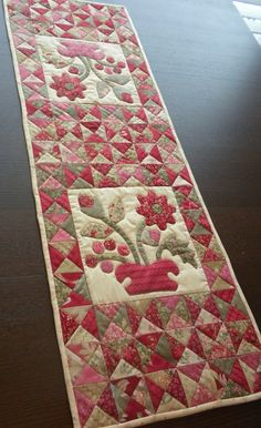 2 charm packs cute table runner adapted from Lori Smith book Fat Quarter Patchwork Table Runner, Table Runner And Placemats, Table Runner Pattern, Quilted Table Runners, Small Quilts, Mini Quilts, Colchas Country, Skinny Quilts, Place Mats Quilted