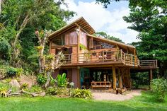 casas-de-madeira-na-mata. Rest House, House In The Woods, Bungalow, Philippine Architecture, Bamboo House Design, Timber Architecture, Eco Buildings, Natural Building, Eco Friendly House