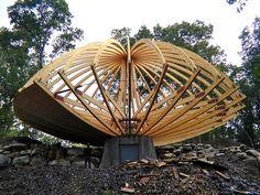 Domespace, une maison en bois qui tourne avec le soleil Wood Architecture, Amazing Architecture, Wooden Model Boats, Geodesic Dome Homes, Bamboo Light, Timber Structure, Wooden Boat Plans, Concrete Houses, Dome House