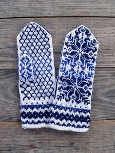Wool Mittens- Nordic Blue and White Gloves-Christmas Gloves with a Stars Ornament - Gift for Mom nO Fingerless Gloves Knitted, Knit Mittens, Blue And White Gloves, Knitting Yarn, Hand Knitting, Knitting Patterns, Great Gifts For Mom, Mittens Pattern, Star Ornament