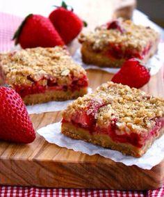 Erdbeer-Rhabarber-Kuchen mit Streuseln - so lecker!  http://www.gofeminin.de/kochen-backen/erdbeer-rhabarber-rezepte-s1864442.html