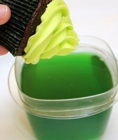 GLOW IN THE DARK CUPCAKES. Just dip your cupcake in tonic water and your flavor of jello powder! great for Halloween!