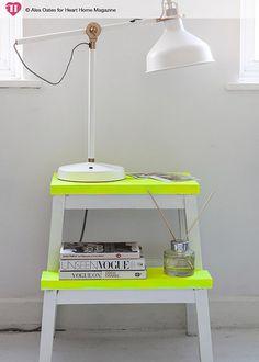 Taburete escalera de IKEA pintado en blanco y flúor, consigue tu estilo NEÓN POP con tus propias manos. DECODIY