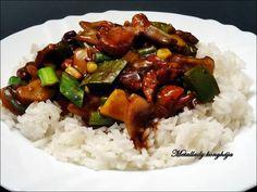 Hozzávalók 2 személyre: 25 dkg. csirkemellfilé csíkokra vágva olaj a sütéshez 1 fej vöröshagyma (1 cm-es darabokra vágva) 1 szál újhagyma (egy kis részét rakjuk félre díszítésre) 1 egész erős zöldpaprika 2 marék akármilyen mirelit vagy friss zöldség 2 ek. világos szójaszósz 2 ek. sötét… Kung Pao Chicken, Wok, Bacon, Rice, Chinese, Cooking, Ethnic Recipes, Kitchen, Cuisine