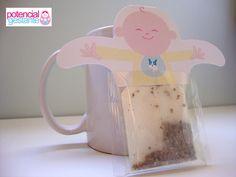 lembrancinha do chá de bebê do benjamin. um sachê de camomila segurado por um simpático bebê curtindo uma relax no seu ofurô.