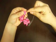 en este video aprende en forma facil a elaborar una linda flor en cinta de faya para decorar un gancho, una diadema , en poco tiempo veras terminada esta linda flor que la puedes hacer en varios colores