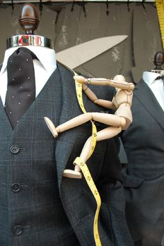 Must use little wooden art mannequins everywhere. That is adorable. Window Display Design, Store Window Displays, Retail Displays, Visual Merchandising Displays, Visual Display, Fashion Merchandising, Retail Windows, Store Windows, Coin Couture