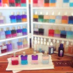 100本以上のボトルから選ぶオーラソーマ。 2色のボトルを4本選ぶセラピーは、カラーセラピーの先駆けです。