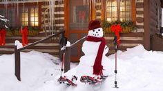 Alaska Stock-Alamy Kulübenin etrafında yürüyüş yapan kardan adam