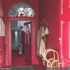 Das ganze Jahr schon für die Weihnachtszeit gewappnet ist man mit einem Flur in dieser Farbe. Das weihnachtliche Rot wirkt mit glänzender Deko besonders…