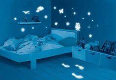 des étoiles qui s'éclairent sur le mur de la chambre d'un enfant pendant la nuit ça sert de veilleuse ! Vernis phosphorescent V33