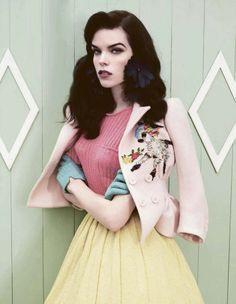 """O clima vintage invadiu as passarelas do São Paulo Fashion Week esse ano mostrando dentre as novidades das tendências para 2015 o estilo """"Lady Like"""" em foco. O Estilo romântico e delicado é uma referência à moda dos anos 50."""