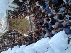 La Virgen del Rocio llegando de vuelta a la Iglesia de Asunción de Almonte.