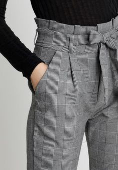 Suit Fashion, Fashion Pants, Look Fashion, Fashion Outfits, Trousers Women Outfit, Pants For Women, Clothes For Women, Office Outfits Women, Stylish Outfits
