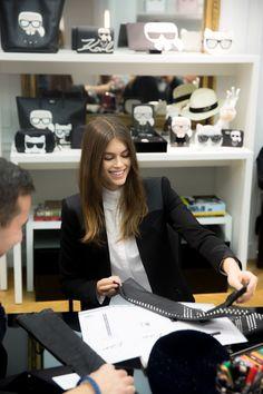 Kaia Gerber y Karl Lagerfeld diseñan una colección juntos.