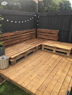 How I made a simple yet effective pallet corner sofa out of 9 Euro pallets for my garden. I used 9 EURO pallets to create this corner sofa for my garden. I asked around local businesses and was given all the pallets for free. Backyard Patio Designs, Diy Patio, Backyard Landscaping, Backyard Ideas, Pallet Patio Decks, Diy Garden Seating, Garden Decking Ideas, Pallet Porch, Ikea Patio