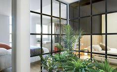 CORTE ARTIFICIALE Le camere ai piani superiori ripercorrono il concetto della zona living al piano inferiore. Si sviluppano intorno a una corte chiusa da vetrate sui quattro lati che individua una zona verde al centro.