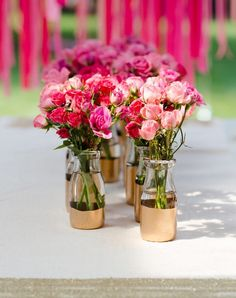 Painting the bottom part of clear bottles metallic gold is such an easy DIY project for the wedding #gold #goldwedding #diywedding #weddingdecor #centerpiece