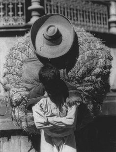 Mexican peasant with large load on back ~ photo by Tina Modotti (1925) ~ Latino America sufre