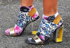 """Se a tendência de usar meias com sandálias já dá o que falar por aqui, imagina assim como a Columbine usou! Ela misturou meias """"manchadas"""" com preto e rosa com a sandália colorida. Aguardo comentários… Foto: Columbine Smille"""