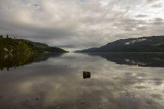 Espectacular vista del Lago Ness en las Tierras Altas de Escocia
