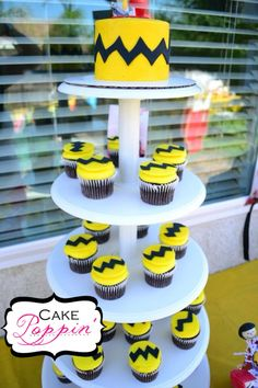 Charlie Brown cake and cupcakes Peanuts cake www.facebook.com/cakepoppin