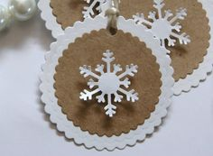 Snowflakes Tags Kraft and White (escort cards)Vánoční výzdoba Holiday Gift Tags, Christmas Gift Wrapping, Christmas Tag, Christmas Projects, Snowflake Cards, Christmas Makes, Xmas Cards, Making Ideas, Scrapbooking