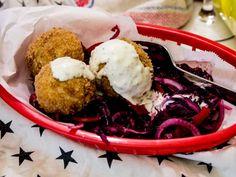 , Coxinha är street food som förekommer i flera delar av sydamerika och de är kanske vanligast i Brasilien. De ska egentligen vara droppformade för att likna kycklingben och normalt sett fylls de med en kycklingröra. Jag har faktiskt skrivit om kycklingvarianten på min gamla bloggplats. Dagens coxinha är vegetariska och baserade på spenat och svamp. Det är lite intressant med spenat, då det faktiskt kan efterlikna trådigheten hos kyckling (och mozzarella) litegrann. Maten är inte stark på…