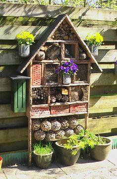 Insectenhotel, met heel veel woon en slaapplaats voor diverse insecten.