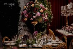 Decoração marsala romântica Table Settings, Table Decorations, Furniture, Home Decor, Wedding Event Planner, Romanticism, Colors, Decoration Home, Room Decor