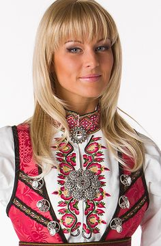 Beltestakk rød_mod3 The Shining, Traditional Dresses, My Eyes, Buildings, Folk, Costumes, Clothes, Shopping, Beauty