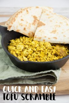 Recipe for Basic Tofu Scramble - the vegan alternative to scrambled eggs. Thanks to a special ingredient it smells and tastes super eggy! Prepare to have your mind blown ;) Tofu Scramble is THE perfect Low Carb Dinner Recipes, Vegetarian Recipes Dinner, Tofu Recipes, Vegan Breakfast Recipes, Appetizer Recipes, Vegan Meals, Brunch Recipes, Vegan Foods, Spicy Recipes