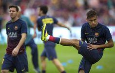 GRA231. BARCELONA, 26/10/2013.- Los jugadores del FC Barcelona, el brasileño Neymar (d) y el argentino Leo Messi (i), durante el calentamientamiento...