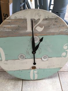 upcycle a wooden cable spool into a clock Wooden Cable Spools, Wooden Spool Crafts, Wood Spool, Pallet Crafts, Wood Crafts, Pallet Clock, Deco Marine, Spool Tables, Outdoor Clock