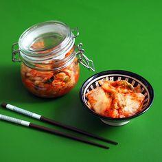 Kimchi er fermenterte grønnsaker, en genial måte å bruke restemat på! Kimchi smaker nydelig til kjøttretter, og det er faktisk superenkelt å lage. Kimchi, Vegetables, Food, Essen, Vegetable Recipes, Meals, Yemek, Veggies, Eten