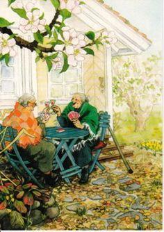 Oma's spelen een potje kaart in de tuin