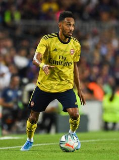 Pierre-Emerick Aubameyang of Arsenal runs with the ball during the Joan Gamper trophy friendly match between FC Barcelona and Arsenal at Nou Camp on August 2019 in Barcelona, Spain. Fc Barcelona, Barcelona Vs Arsenal, Aubameyang Arsenal, Arsenal Players, Arsenal Wallpapers, Fifa Teams, Pierre Emerick, Soccer, Fernando Torres