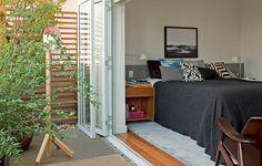 Até o menor dos jardins pode ser habitado por pássaros. A varanda do quarto ganhou plantas e casinha de madeira. Projeto do escritório SAO Arquitetura