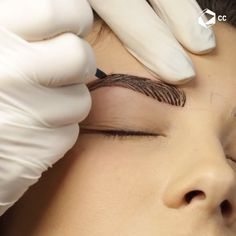 Microblading This way of makeup your eyebrows requires the application of an expert to make them loo Eyebrow Makeup Tips, Permanent Makeup Eyebrows, Skin Makeup, Beauty Makeup, Eyebrow Tinting, Microblading Eyebrows Training, Phibrows Microblading, Mircoblading Eyebrows, Beauty Tutorials