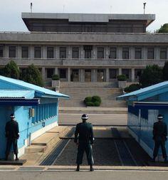 Sabe aqueles lugares inusitados, dignos de #NatGeo ou #Discovery? Pois é, nunca pensei que um dia pudesse visitá-los. E cá estou, na Zona Desmilitarizada de 4 km entre as Coreias do Norte e do Sul, onde pisei em solo norte-coreano. Sou grata pelo privilégio de poder realizar mais um sonho, de conhecer culturas marcantes e cruzar com pessoas maravilhosas! #instatraveling #instagood #southkorea #northkorea #dmz #gratidãoeterna #grateful