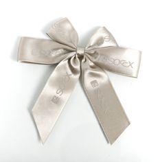 schimmerndes Satinband als #fertigschleife mit Klebepunkt bereit zum Einsatz #bow #ribbon #customprinted #bedruckt #bandweberei Bows, Accessories, Fashion, Inkle Weaving, Bow, Weihnachten, Arches, Moda, Bowties