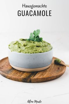 The best authentic homemade guacamole recipe ever! It's effortless to make in just 5 minutes and can be enjoyed as a guacamole dip with Mexican dishes or spread on bread. Guacamole Recipe Easy, Guacamole Dip, Homemade Guacamole, Traditional Thanksgiving Recipes, Easy Thanksgiving Recipes, Thanksgiving Appetizers, Homemade Fajita Seasoning, Seasoning Recipe, Plat Simple