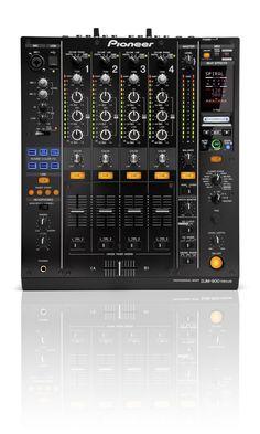 SPECIFICATIES PIONEER DJM-900 NEXUS:  De Pioneer DJM-900 Nexus is een fantastische nieuwe club mixer. Met zijn fantastische specificaties is de DJM-900 NXS DJ mixer tussen de DJM800 en DJM2000 te positioneren. Niet letterlijk natuurlijk, want aan weerszijden van de DJM900 hoort uiteraard de CDJ 2000 Nexus te staan.    De DJM-900 Nexus bezit net als de duurdere modellen faderstart voor 4 kanalen.