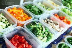 Wasche, schneide und bereite verschiedene Gemüse-Sorten für die Woche zu, und lagere sie in Plastik-Behältern.