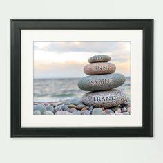 Strandspaziergang für die ganze Familie? Unser personalisiertes Bild Steinmännchen Familie erinnert sie daran.